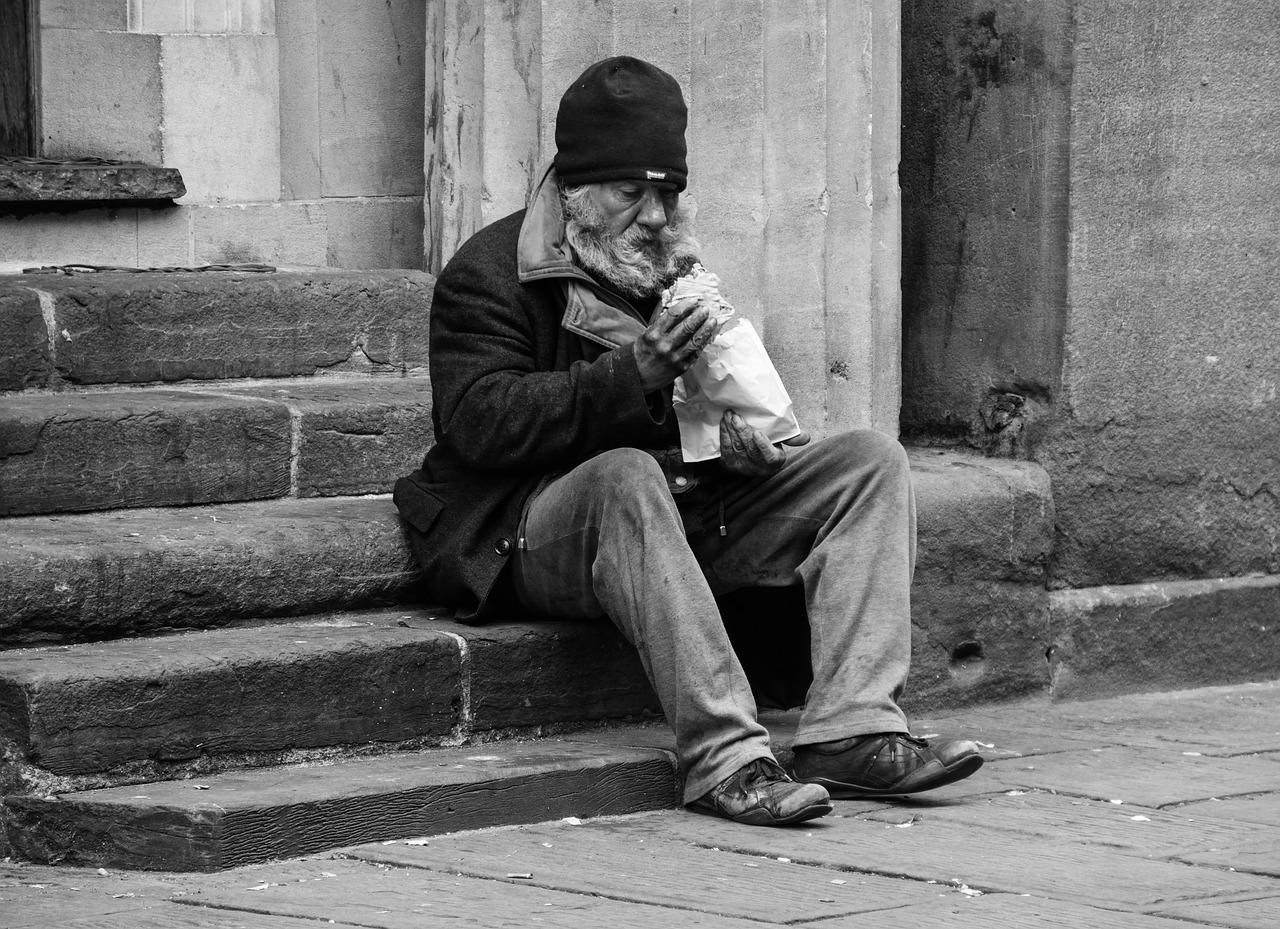Persona mayor sin hogar