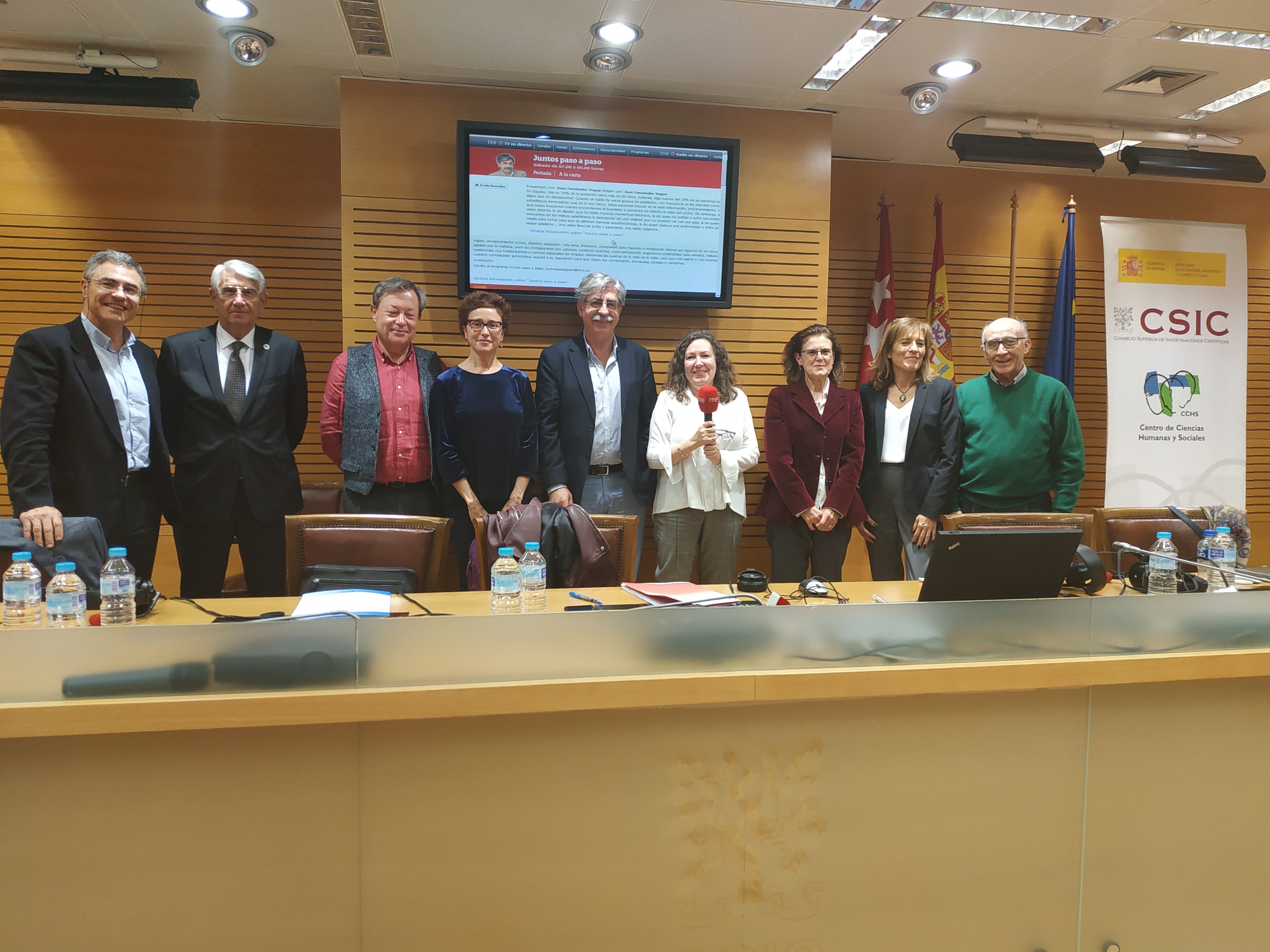 Equipo de Juntos paso a paso de RNE e invitados, en el Centro de Ciencias Humanas y Sociales del CSIC