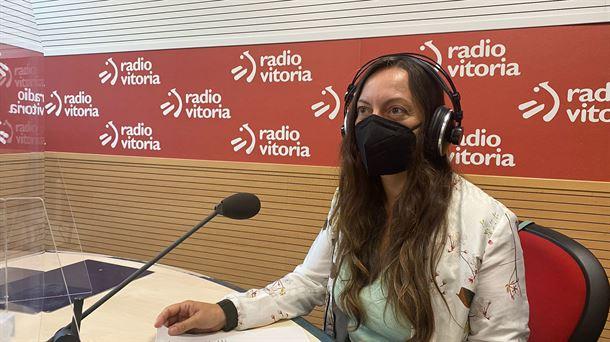 Isabel Fernández en el estudio en Radio Vitoria